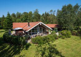 Skønt beliggende sommerhus med sauna, spa og hund tilladt. Kat. nr.:  20108, Blomstervangen 25, Jegum;