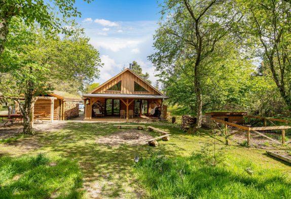 Unikt sommerhus midt ude i skoven med bålplads og hundegård