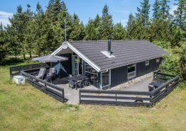 Lyst og venligt feriehus i Houstrup med dejlig have og sauna