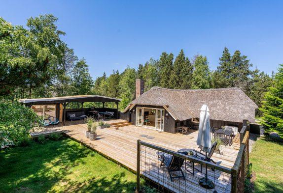 Skønt stråtagshus med udendørs sauna, udebruser og vollyballbane