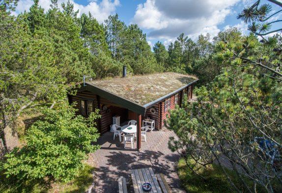 Authentische Balkenhütte mit Spielhaus mitten in Houstrup