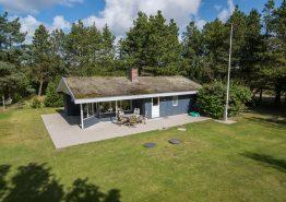Lyst og hyggeligt sommerhus med stor græsplæne