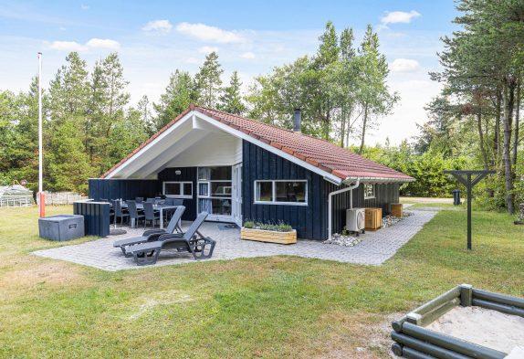 Dänisches Holzhaus mit Sauna und großer Rasenfläche