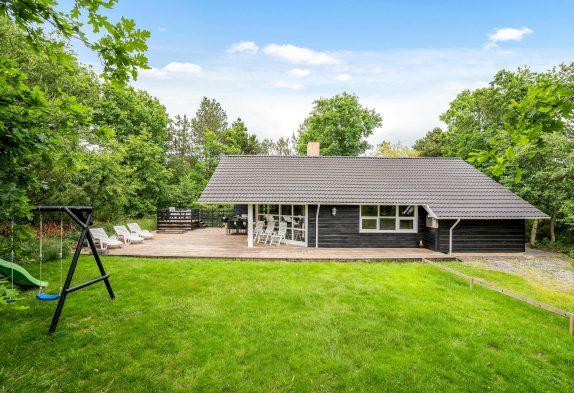 Velholdt sommerhus med sauna og spabad i grønne Houstrup