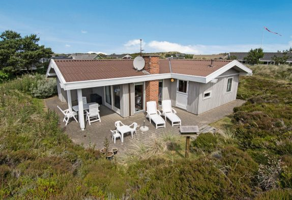 Hyggeligt og klassisk feriehus med sauna og brændeovn