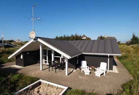 Super beliggende sommerhus med sauna og spabad