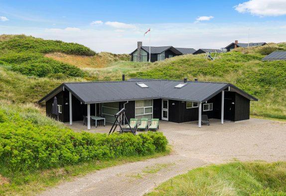Strandnært sommerhus i Henne Strand med spabad og sauna