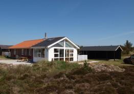 Lyst og venligt feriehus med udestue på smuk klitgrund