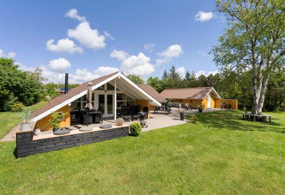 Familieidyl i hyggeligt sommerhus med sauna og skønt udeområde