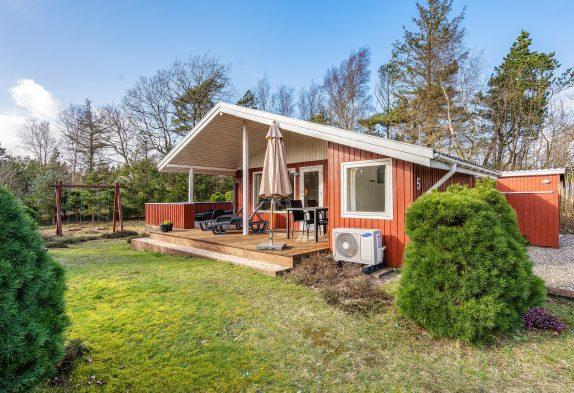 Renoveret sommerhus med naturskøn og ugeneret beliggenhed