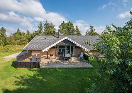 Gemütliches Poolhaus für die ganze Familie mit grosser Terrasse