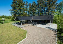 Førsteklasse sommerhuse med billard, carport og overdækket terrasse. Kat. nr.:  41916, Gl. Strandvej 33, Henneby;