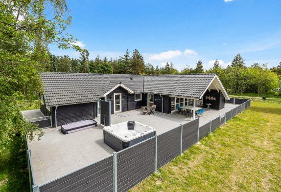 Femstjernet aktivitetshus med spa, sauna, udespa og udebruser