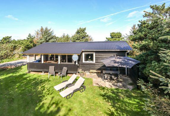 Gemütliches Holzhaus mit Kamin auf schönem Grundstück