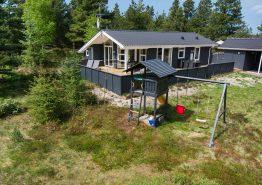 Dejligt sommerhus i ugenerede og naturskønne omgivelser med pavillon. Kat. nr.:  60001, Østkrogen 2;