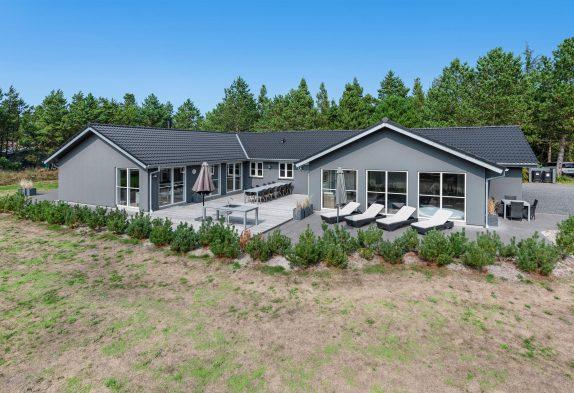 Femstjernet poolhus i Blåvand med wellness, billard og fitness