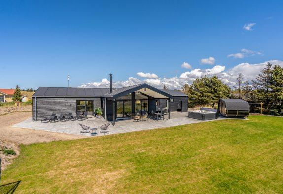 Luksussommerhus i Blåvand med udespa, sauna og aktivitetsrum