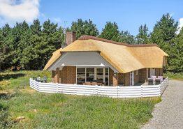 Moderne stråtækt feriehus med 2 badeværelser, sauna og spabad