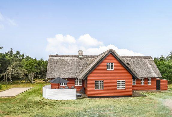 Charmerende stråtagshus i Blåvand med spa, sauna og stor have