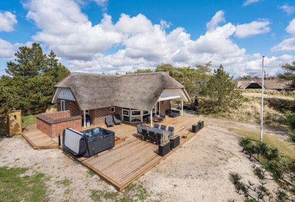 Renoveret feriehus i Blåvand med spa, sauna og udendørs spabad
