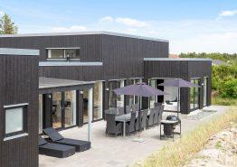 Femstjernet feriehus i Blåvand med sauna, spa og aktivitetsrum