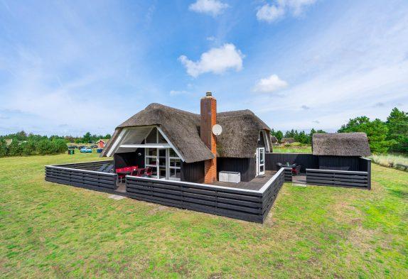 Hyggeferie i smukt stråtækt hus med stor grund