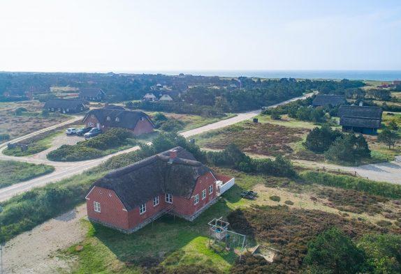 Stråtækt feriehus i Blåvand med sauna, spa og 300m til havet