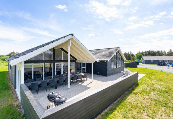 Grosses Poolhaus mit Whirlpool und grossem Aktivitätsraum