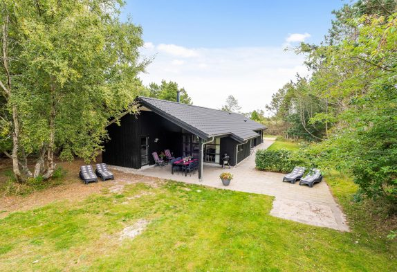 Gepflegtes Ferienhaus in Blåvand mit Aktivitätsraum – 700 m Strand