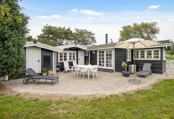 Helles Ferienhaus mit Whirlpool, Kaminofen und Naturgrund