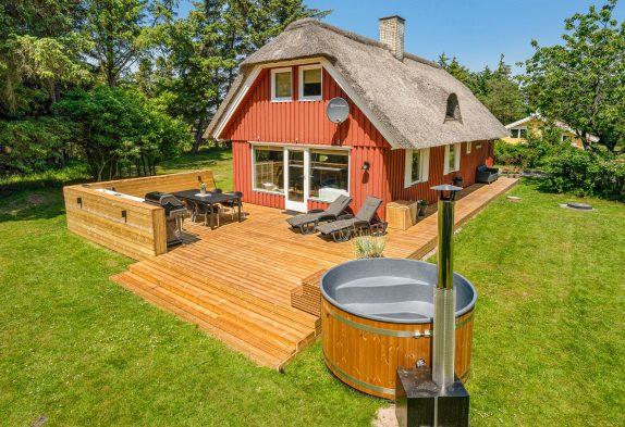 Klassisches Ferienhaus mit Badetonne und Außensauna