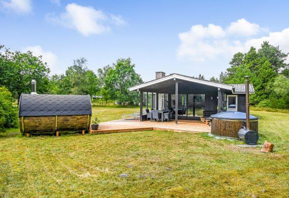 Ferienhaus mit Sauna und Badetonne auf großem Naturgrundstück
