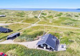 Godt sommerhus tæt på strand med fantastisk terrasse. Kat. nr.:  A1070, Arvidvej 372