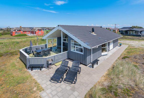 Velholdt sommerhus med spa og sauna i Bjerregård til 6 personer