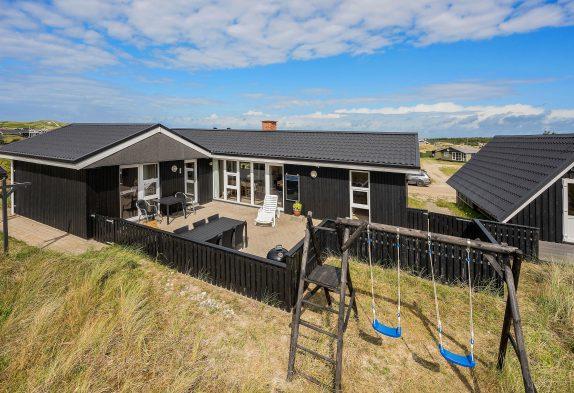 Hyggeligt feriehus med brændeovn og lukket terrasse