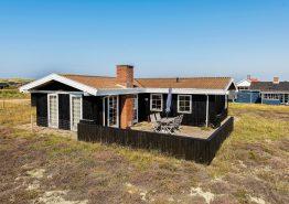 Hyggeligt feriehus med brændeovn, tæt på havet og den fredede hede (billede 1)