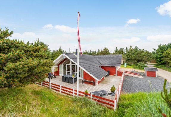 Gepflegtes Ferienhaus in Bjerregård mit guten Terrassen