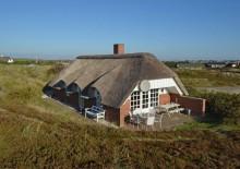 Charmerende feriehus på vestkysten på læfyldt klitgrund