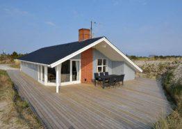 Sommerhus med skøn beliggenhed og afskærmet terrasse