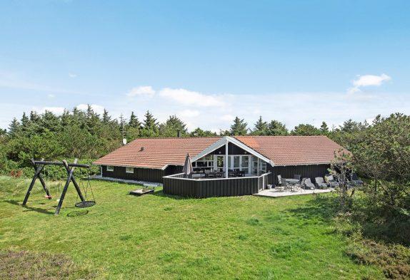 Velholdt feriehus med swimmingpool tæt på fjord og hav