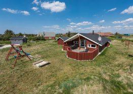 Hus med varmepumpe og lukket terrasse. Hund tilladt