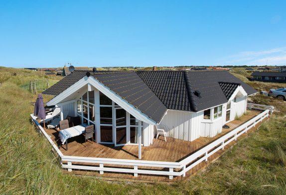 Lyst sommerhus i Bjerregård med spabad og 200 meter til stranden