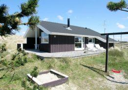 Feriehus med skøn læfyldt terrasse tæt på stranden. Kat. nr.:  B2413, Dortheasvej 75 B;