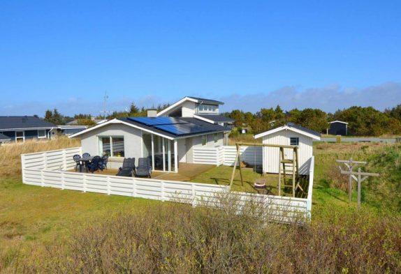 Ferienhaus in Bjerregård mit Sandkasten und Schaukel