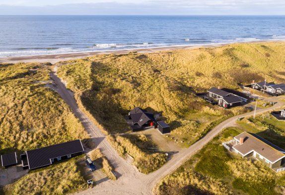 Strandnahes Ferienhaus mit guten Terrassen bei den Dünen