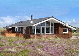 Ferienhaus mit eingezäunter Terrasse – Naturgrundstück. Kat. nr.:  B2617, Humlegårdsvej 40;