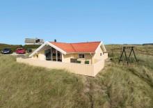 Velholdt feriehus med skønne terrasser tæt på stranden