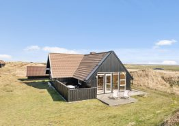 Velholdt feriehus med skønne terrasser i rolige omgivelser