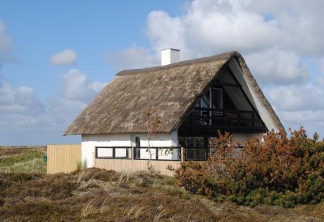Hyggeligt sommerhus med stråtag på stor naturgrund