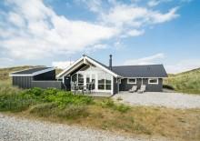 8 personers feriehus med en god og rolig beliggenhed. Kat. nr.:  B2833, Bjerregårdsvej 260;
